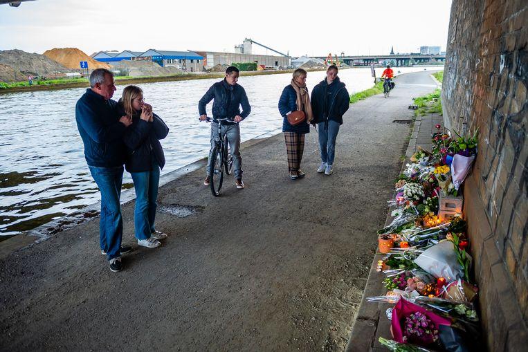 Mensen leggen bloemen op de plaats waar het lichaam van Julie Van Espen werd gevonden. Beeld Photonews