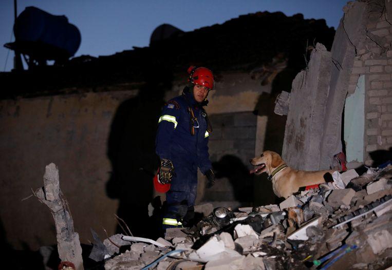 Net als Kreta woensdag werd dinsdag Albanië getroffen door een zware aardbeving. Daar zijn tot dusver 27 lichamen geborgen.  Beeld REUTERS
