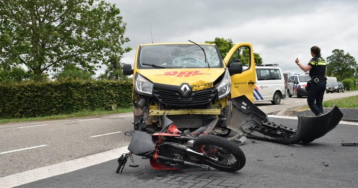 Bromfietser raakt gewond bij ongeluk met een bestelbus en moet naar het ziekenhuis.