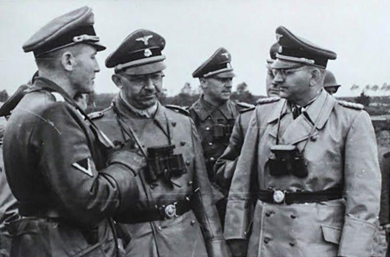 SS-generaal Otto Wächter (l) in overleg met nazitopman Heinrich Himmler (m). Beeld Horst Wachter