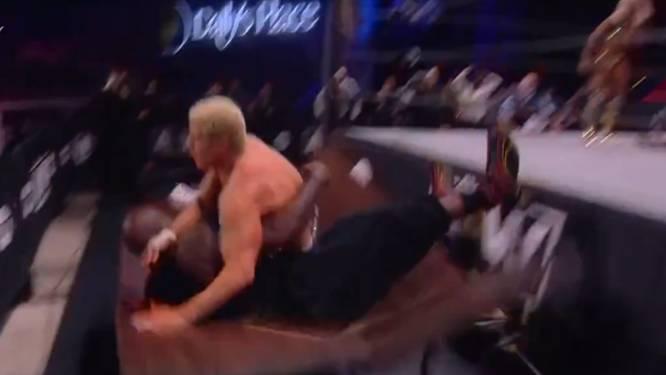 Spektakel in, maar vooral naast de ring: NBA-legende Shaquille O'Neal wordt door tafel geslingerd bij worsteldebuut