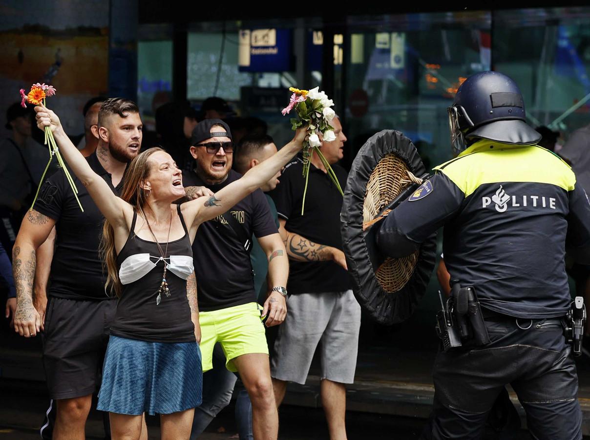 Demonstranten zoeken de confrontatie met de politie bij het Centraal Station in Den Haag.