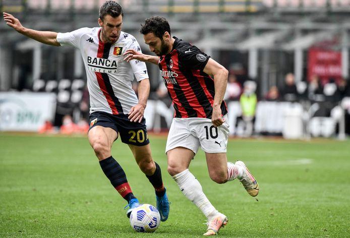 Genoa-speler Kevin Strootman (links) in duel met AC Milan-speler Hakan Calhanoglu.