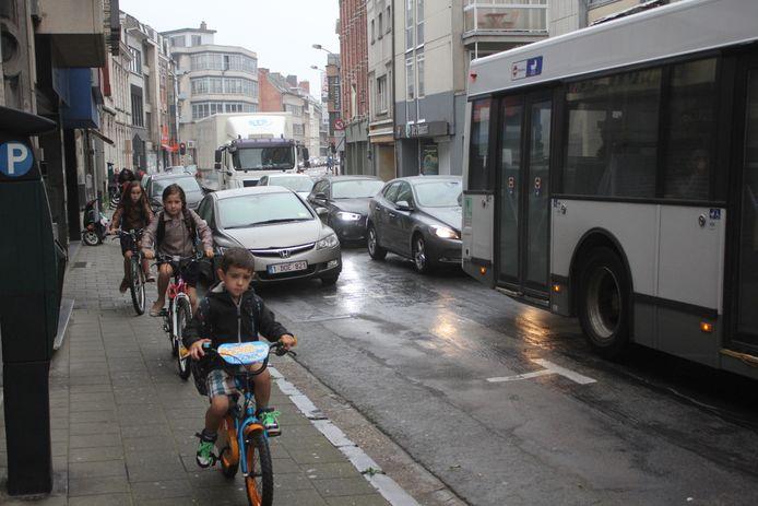 Tussen Zeshoek en Esplanadeplein is er geen fietspad en rijden veel jonge fietsertjes op het voetpad.