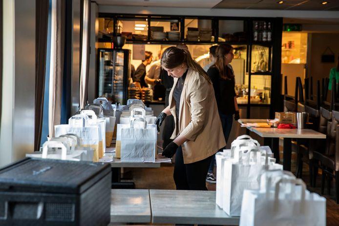 Nu ze weer dicht moeten, gaan Westlandse restaurants weer massaal bezorgen en afhalen, zoals hier Jasutin in 's-Gravenzande in maart.