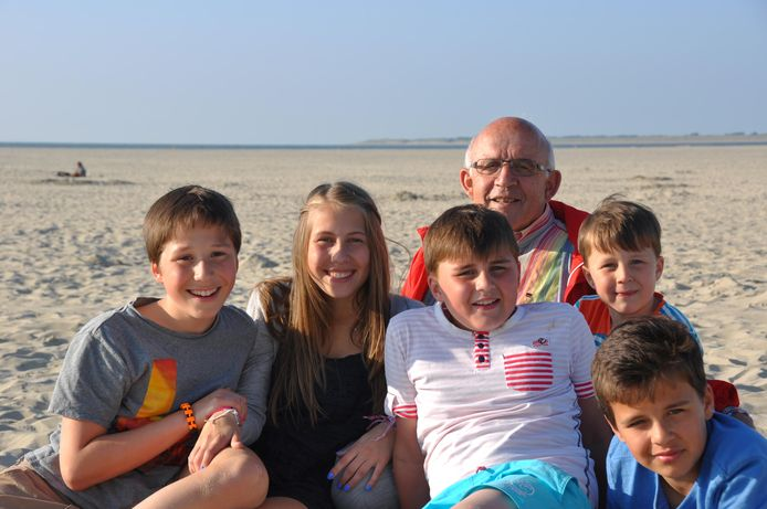 Samen met zijn kleinkinderen, zo'n acht jaar geleden op het strand.