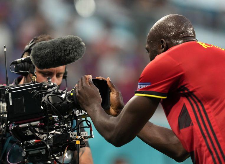 Na zijn 1-0 spurt Lukaku naar de dichtstbijzijnde camera om Inter-teamgenoot Eriksen een hart onder de riem te steken met een videoboodschap. Beeld EPA