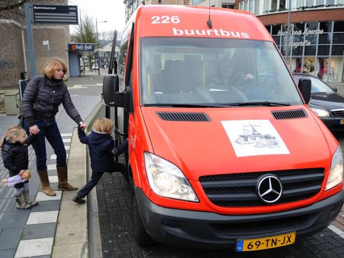 Buurtbussen rijden overal al rond, zoals hier in Oosterhout.