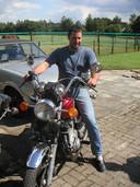 Jan Verhoeven op z'n motor achter het ouderlijke huis in Riel