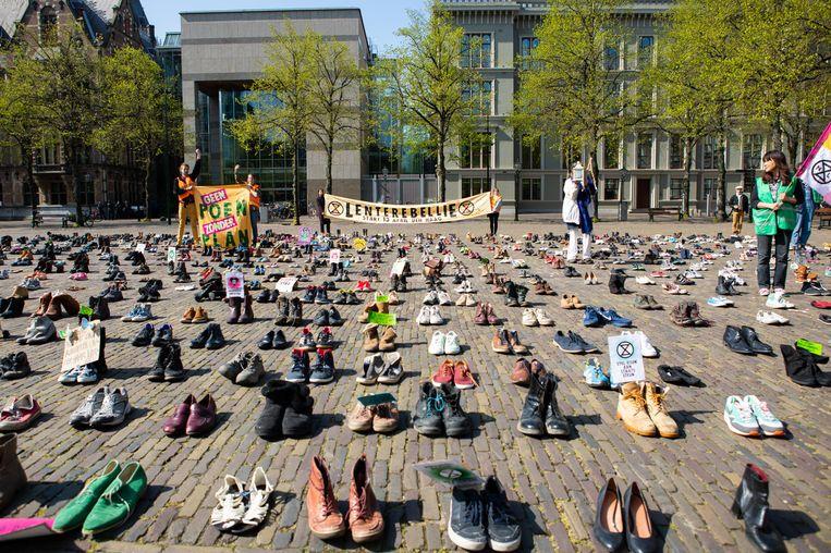 Omdat een gewone demonstratie niet mogelijk is vanwege het coronavirus hebben de klimaatactivisten van Extinction Rebellion hun schoenen gestuurd. Beeld Catharina Gerritsen