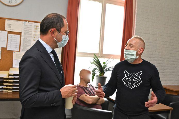 Vincent Van Quickenborne in gesprek met gedetineerde Jürgen.