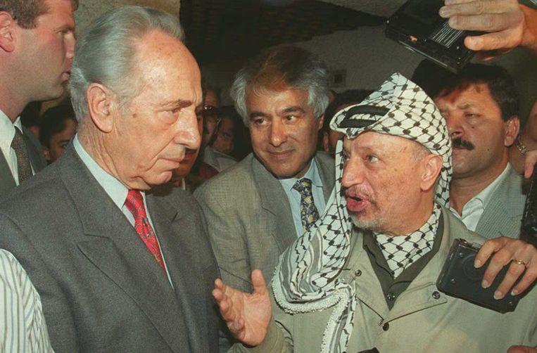 Shimon Peres (links) in gesprek met de Palestijnse leider Yasser Arafat in 1995. Beeld afp