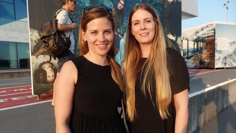 Anne Gabl (l), van het bureau voor toerisme van Tirol, en mode-ontwerper Rebekka Ruétz, bij de reusachtige kubussen. Beeld Schuim