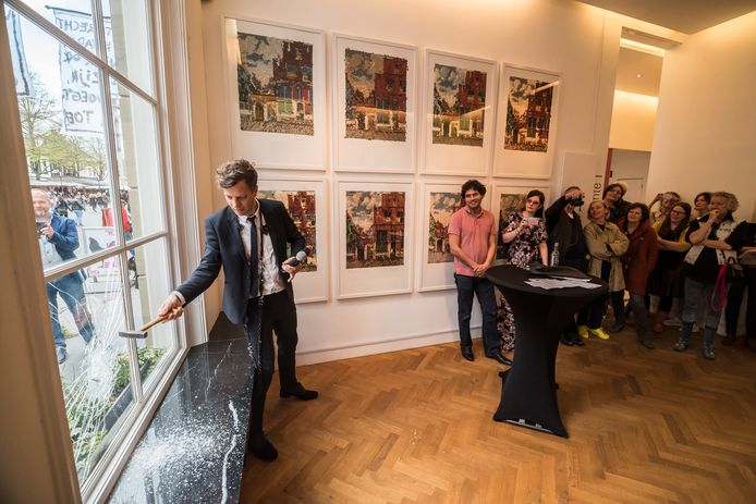 De openingshandeling van de expositie waarbij Tinkebell. als curator fungeert, bestond uit het inslaan van een ruit.