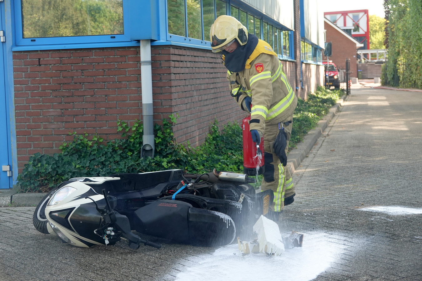 Een van de Zutphense brandweerlieden ontfermt zich tijdens de NK-finale over een bij de nagebootste brand betrokken tweewieler.