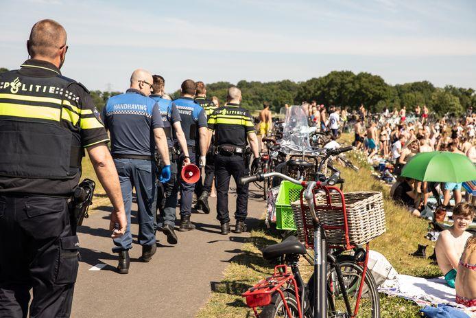 Ter hoogte van de fietsbrug, bij Soest, sommeerde de politie iedereen te vertrekken