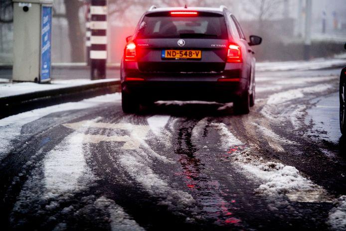 Sneeuw zorgt voor veel gladheid op de wegen.