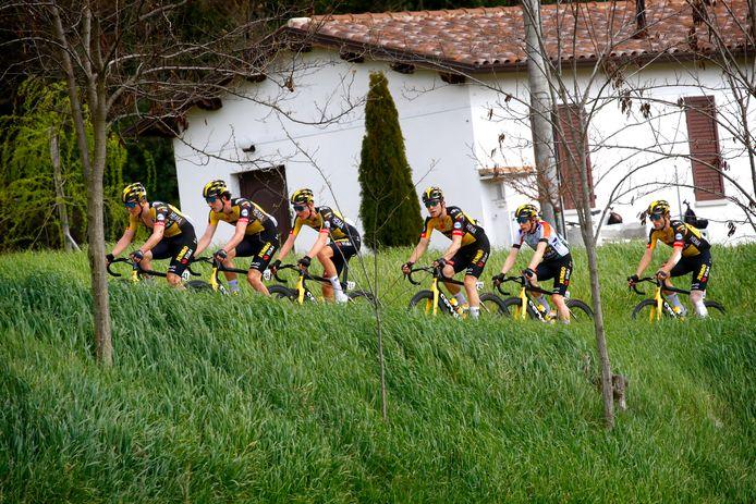Mick van Dijke zit tijdens de Coppi e Bartali als tweede man in het treintje van Jumbo-Visma. Op de vijfde positie zit zijn Deense ploeggenoot Jonas Vingegaard, die de leiderstrui om zijn schouders heeft.