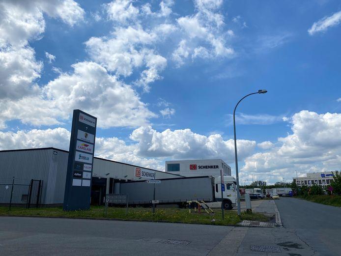 MECHELEN - De brandweer rukte vanmiddag uit naar de bedrijventerreinen van DB Schenker in Mechelen-Noord. Er was een vat met Natriumhydroxide beginnen te lekken.