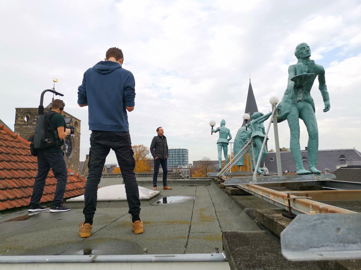 Stadsdichter Jos Eertink draagt voor op het dak van de Kleine Willem, het theater waar zaterdag zijn opvolger wordt gekozen.