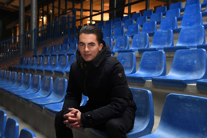 Ko van der Ven op de tribune bij voetbalclub Juliana Mill, waar hij onder meer de arbitrage bij de jeugd regelt.