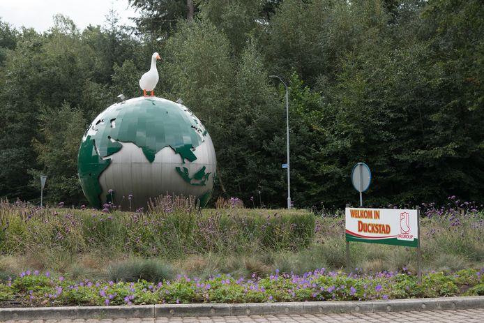 Personeel van Tomassen plaatste vrijdag dit bord op de rotonde Kolbaanweg/Julianalaan, maar ze wilden zelf niet op de foto.