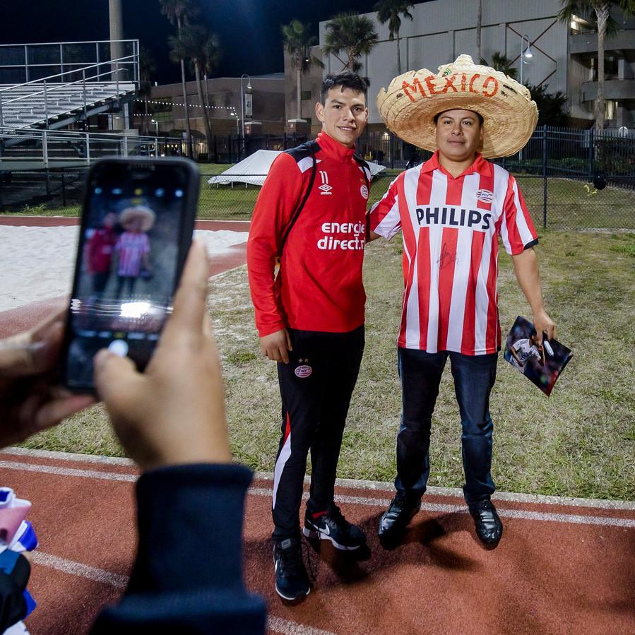 Hirving Lozano gaat op de foto met een Mexicaanse fan.