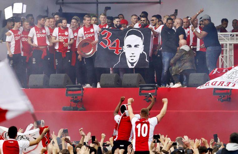 De vader en broer van Nouri bij de huldiging van Ajax als landskampioen, mei 2019.  Beeld EPA