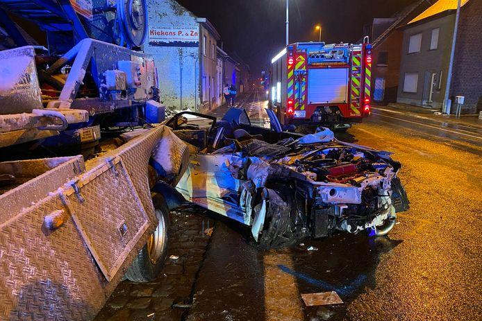 De chauffeur zat gekneld na de aanrijding langs de Oudenaardsesteenweg in Bambrugge doordat het stuur van de wagen aan de rechterkant stond.