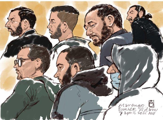 Rechtbanktekening van onder anderen Ridouan Taghi (bovenste rij, tweede van rechts) in de 'bunker' tijdens het proces Marengo.