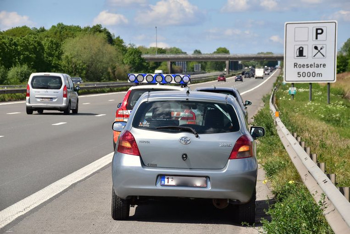 Un automobiliste qui roule sur la bande d'arrêt d'urgence risque bientôt d'écoper d'une amende de 174 euros.