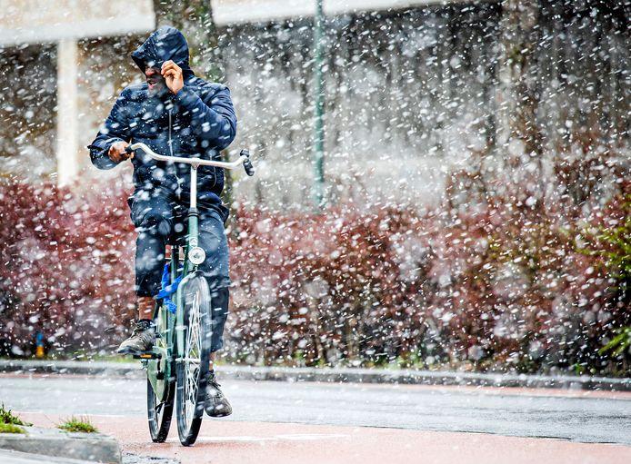 Een fietser op de Kamerlingh Onnesweg in Dordrecht trotseert het winterweer.