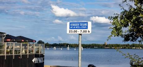Strand bij Beachclub NU in Biddinghuizen 's nachts verboden terrein om overlast tegen te gaan