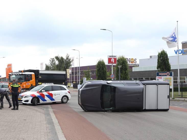 Pick-up belandt op zijn kant na botsing met bestelauto in Eindhoven