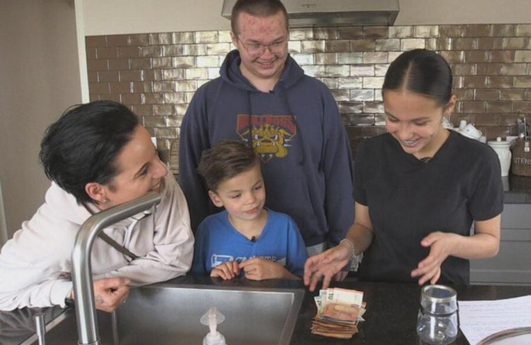 Moeder Gre telt met de kinderen Lesley, Jevano en Varesjlin het weekbudget in Steenrijk, straatarm. Beeld SBS6