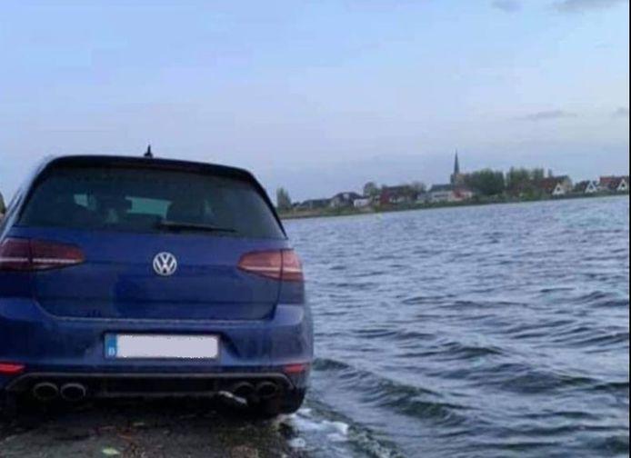 De Volkswagen Golf belandde nét niet in het spaarbekken in Nieuwpoort.