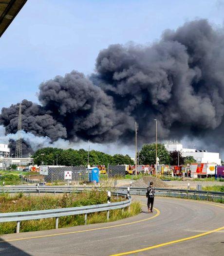 Eén dode en vijf personen vermist na explosie chemiepark Leverkusen, vuur is geblust