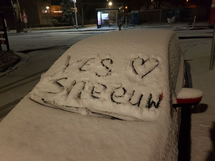 Na m'n werk sneeuw op de auto!