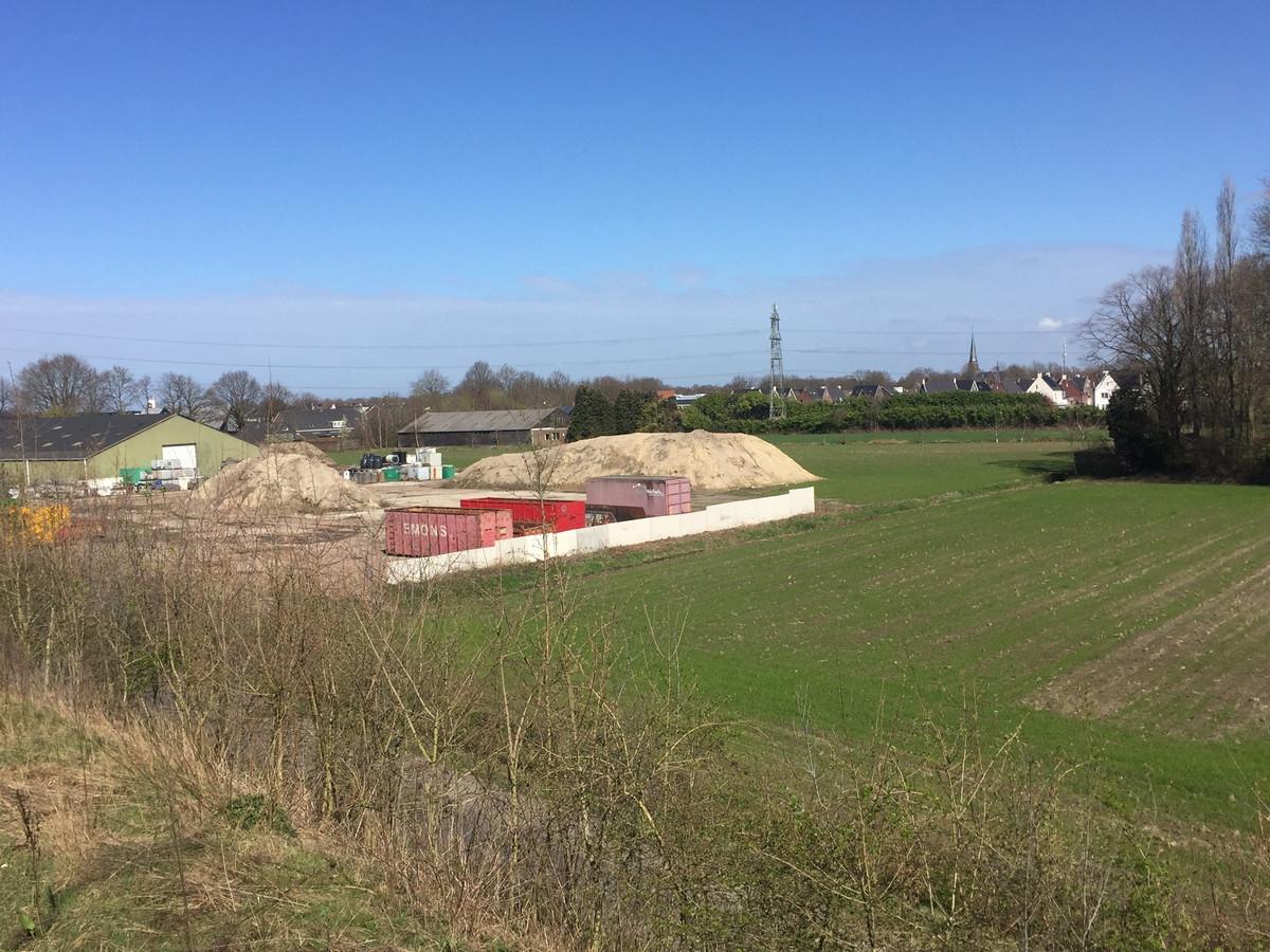 Uitzicht vanaf de Burgemeester Bechtweg over het deel waar Roozen van Hoppe zijn project Meestershof bouwt. (Archieffoto)