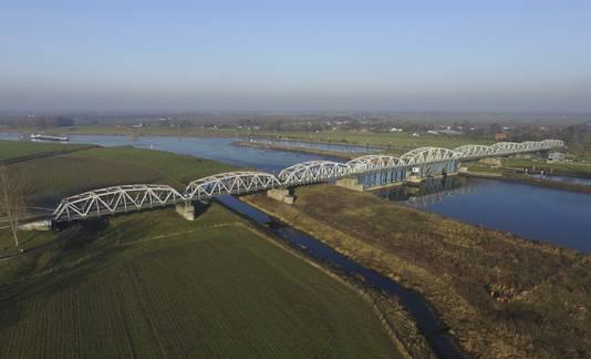 Een luchtfoto van de Thompsonbrug over de Maas. Helemaal rechts de twee sluizen, waarvan er een nu niet wordt gebruikt.