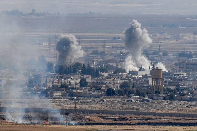 Rookpluimen boven Ral al-Ain.  Beeld AFP