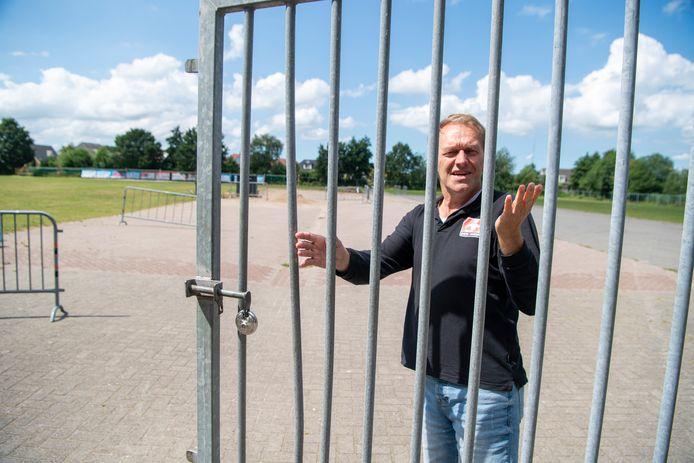 Marcel Reimink opent het hek van het evenemententerrein, waar woensdagmiddag de kermis van het Sukerbietenfeest begint.