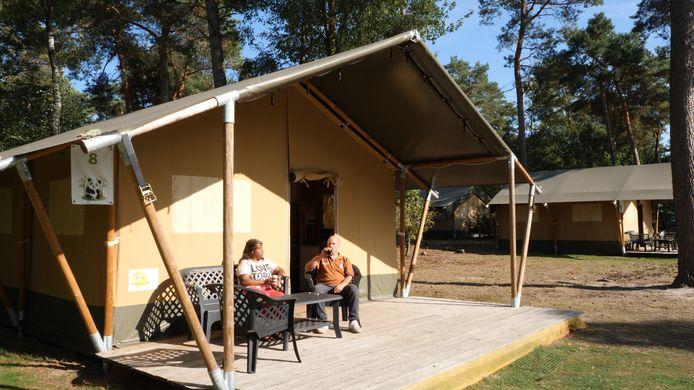 Twee campinggasten genieten van de nazomer.