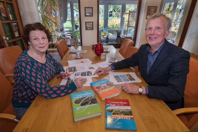Wilma Giesbers en Theo Giesbers leggen de laatste hand aan de derde editie van De Woordenschat van Groesbeek.