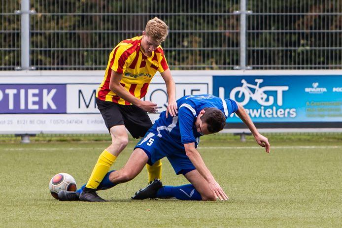 Harm Willemsen van Wesepe in duel met Rutger Pijnappel van Klarenbeek.