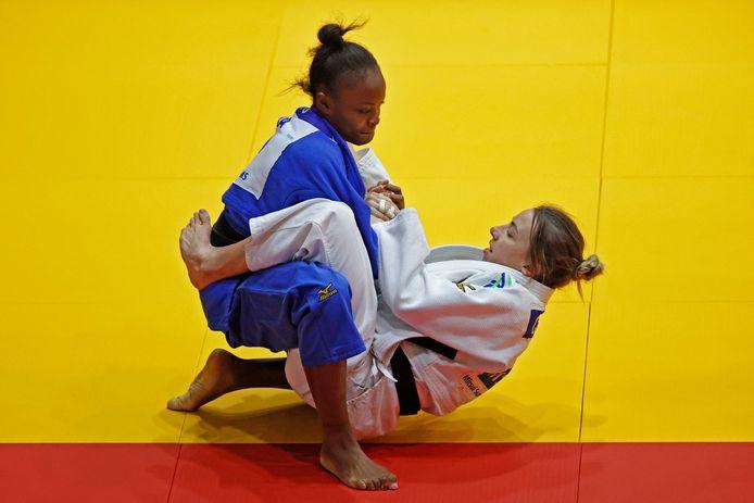 Charline Van Snick (en blanc) face à Astride Gneto lors du tournoi du Grand Chelem de Tel Aviv