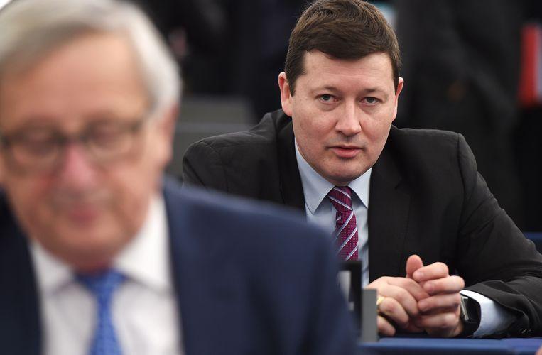Secretaris-generaal Martin Selmayr, met op de voorgrond Commissievoorzitter Jean-Claude Juncker. Beeld AFP