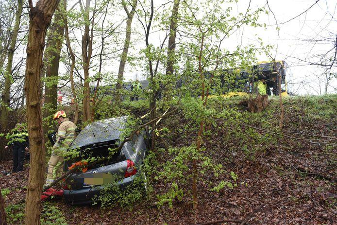 Op de Waterlinieweg in Utrecht raakte in april in 2019 een auto van de weg. Het voertuig kwam halverwege het talud tegen een boom tot stilstand.