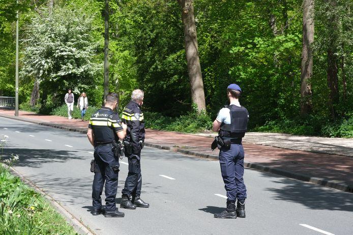 De politie heeft vanmiddag het Haagse Bos ontruimd vanwege een verdachte situatie. Het gebied is ruim afgezet.