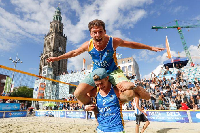 Dirk Boehlé op de nek van zijn toenmalige beachvolleybalpartner Steven van de Velde.